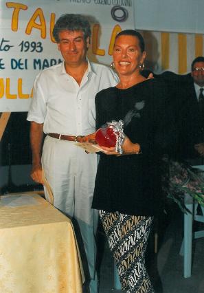1993 - Forte dei Marmi, bagno Roma Levante -Gherardo Guidi premia Flavia Mercatali