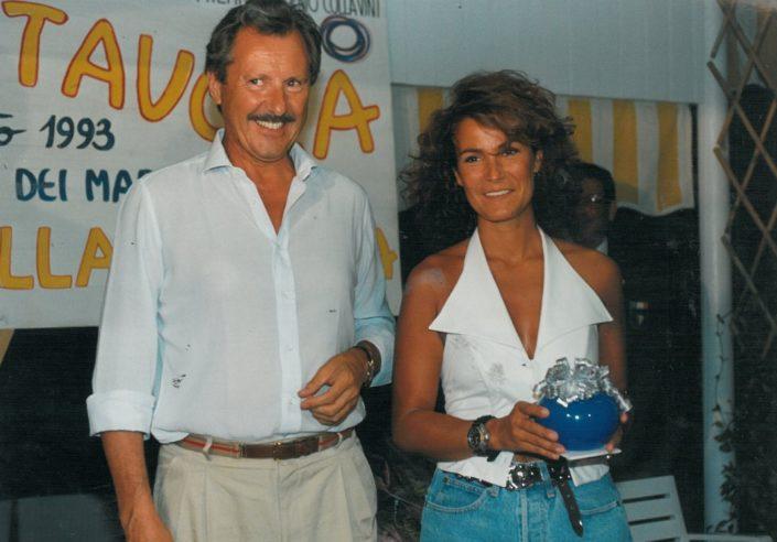 1993 -Forte dei Marmi, bagno Roma Levante - Manlio Collavini premia Tiziana Zanella