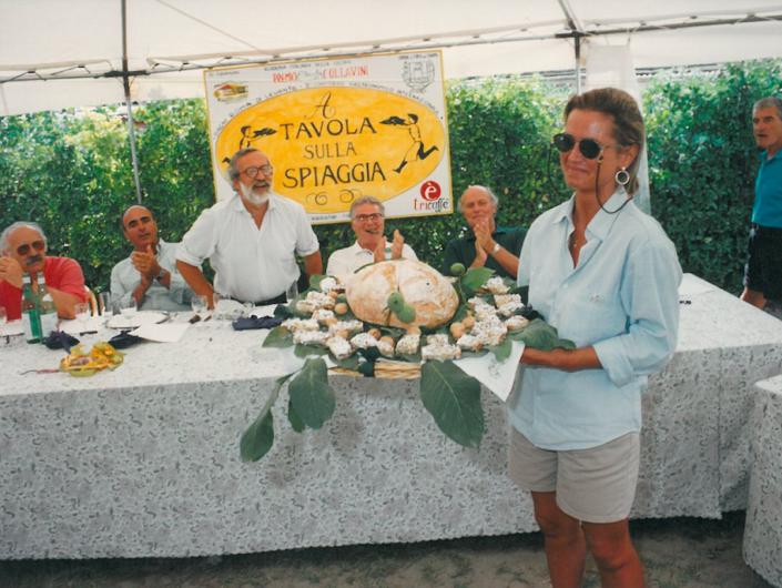 1994 - Forte dei Marmi, bagno Roma Levante - Mariangela Fagioli presenta il suo piatto