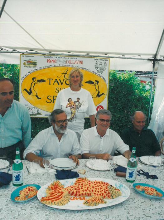 1994 - Forte dei Marmi, bagno Roma Levante - Riccardo Marasco, Enrico Ferri, Tony May, Giancarlo Aneri e Silvana Coveri con il suo pesce finto in primo piano
