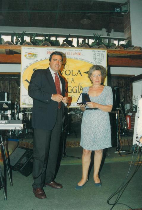 1995 - Forte dei Marmi, La Capannina - Il direttore de La Nazione premia Francesca Duranti