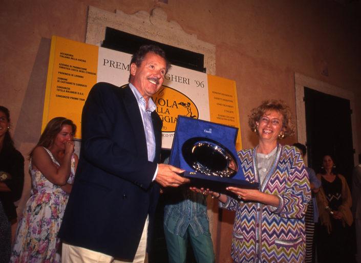 1996 - Marina di Castagneto Carducci, spiagga Le Sabine - Manlio Collavini premia Sandra Gozzoli