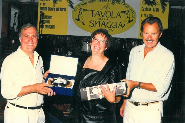1997 - Forte dei Marmi, La Capaninna - Carlo Burchi e Manlio Collavini premiano Cinzia Melchionne