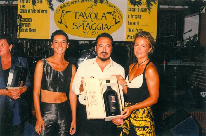 1997 - Forte dei Marmi, bagno Roma Levante - Elisabetta Valentini e Roberta Bastagli premiate da Remo Grassi di Castello Banfi