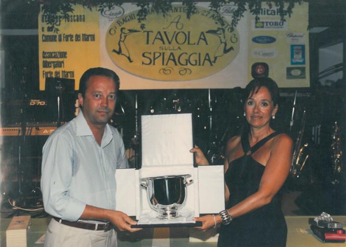 1998 - Forte dei Marmi, La Capaninna - Carlo Antonelli premia Daniela Orellitti