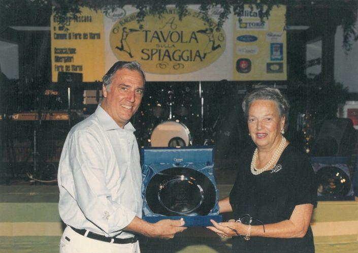 1998 - Forte dei Marmi, La Capaninna - Carlo Burchi premia Anna Brozio
