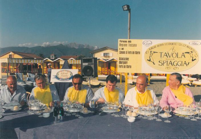 1998 - Forte dei Marmi, bagno Roma Levante - La Giuria pronta a degustare il Cacciucco