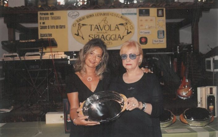 2000 – Forte dei Marmi, La Capannina - Lucia Giovannetti premiata da Grazia Cassetti