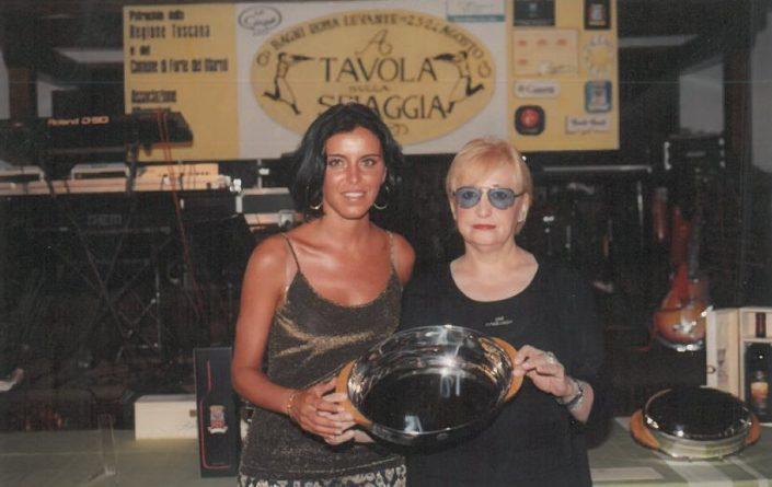 2000 – Forte dei Marmi, La Capannina - Valentina Volpe premiata da Maria Grazia Cassetti