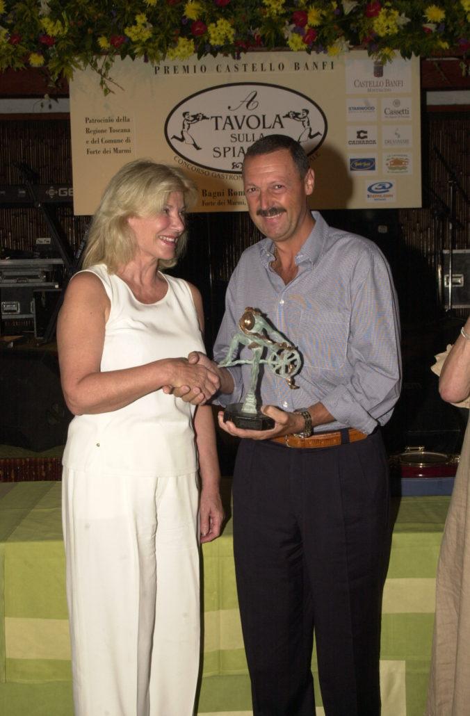 2002 - Forte dei Marmi, La Capannina - Anna Cromy premia Paolo Soderi