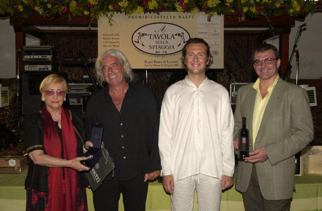 2002 - Forte dei Marmi, La Capannina - Giuliano Tomaino premiato da Maria Grazia Cassetti ed Enrico Viglierchio di Castello Banfi
