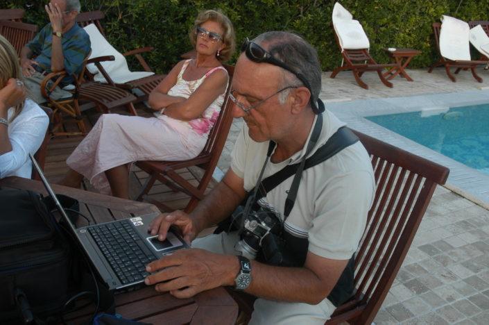 2004 - Forte dei Marmi, bagno Roma Levante - Il fotografo de La Nazione Aldo Umicini trasmette in diretta