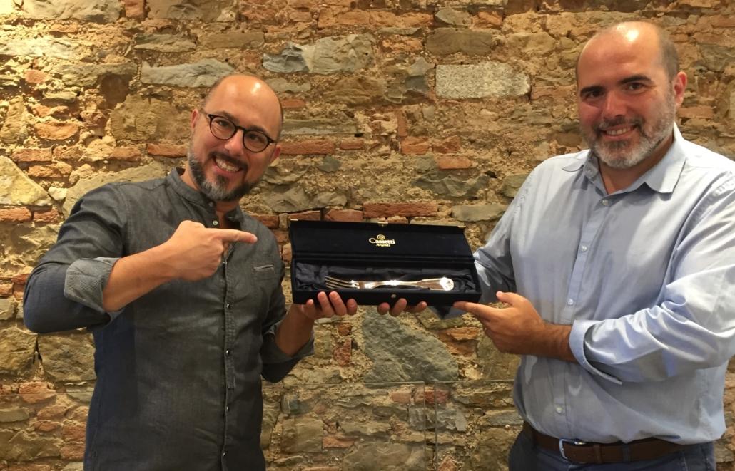 Filippo Bartolotta riceve il premio Il Forchettiere da Marco Gemelli