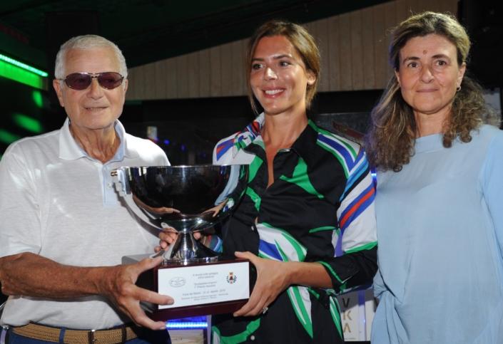 Tony May e il vicesindaco Graziella Polacci premiano Gaia Franceschi